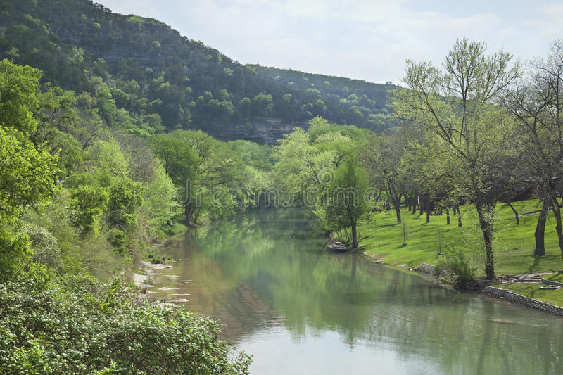 Guadalupe River i Texas Hill Country under våren royaltyfri fotografi