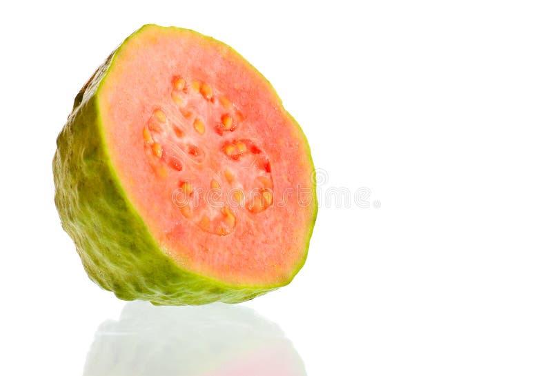 Guajava-Frucht schnitt beinahe auf einen weißen Hintergrund ein stockbilder