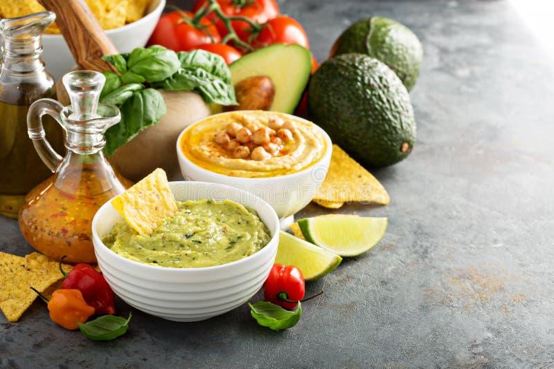 Guakamole i hummus upady z warzywami zdjęcie royalty free