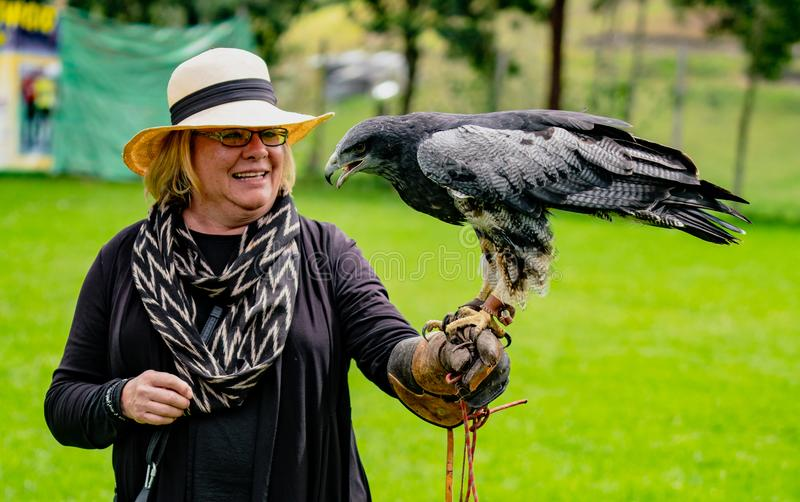 Gualaceo, Equateur/le 1er juin 2018 : Une femme tient un oiseau de la proie a photos libres de droits