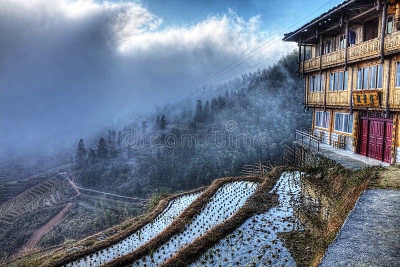 Guan Jing Lou gästhem, Longji Riceterrass, Chi royaltyfria bilder