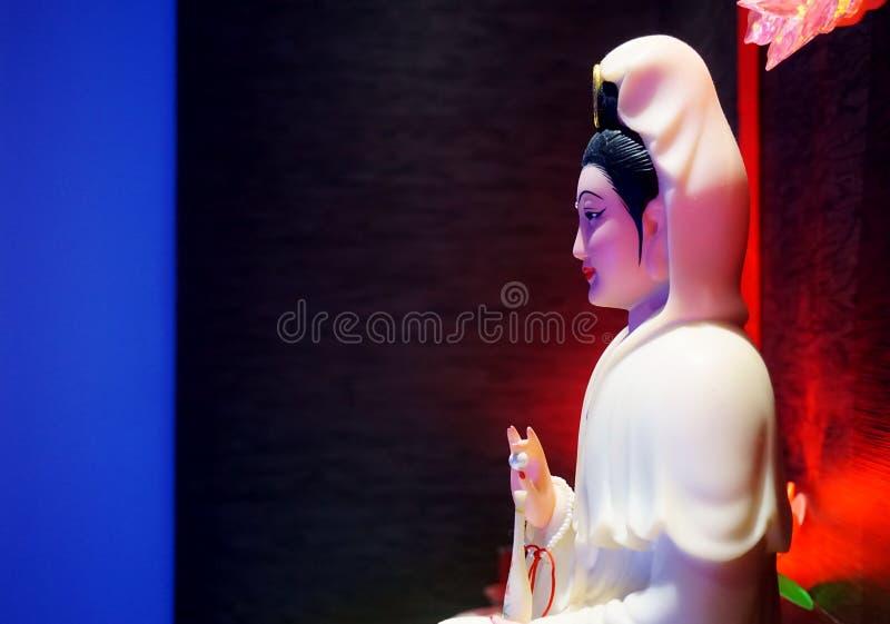 Guan Yin-Statue in der Dunkelheit stockfoto