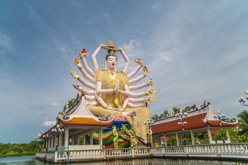Guan Yin Statue på den Plai Laem templet - huvudsakligt symbol och populär gränsmärke av ön Turism och sight royaltyfria bilder