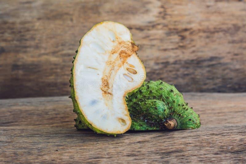 Guanabana op een oude houten achtergrond - exotisch tropisch fruit - regionale vruchten van Vietnam stock foto's