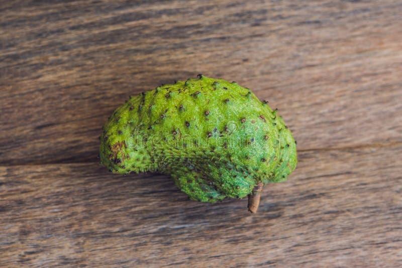 Guanabana op een oude houten achtergrond - exotisch tropisch fruit - regionale vruchten van Vietnam royalty-vrije stock foto