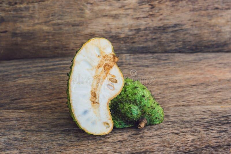 Guanabana op een oude houten achtergrond - exotisch tropisch fruit - regionale vruchten van Vietnam stock fotografie