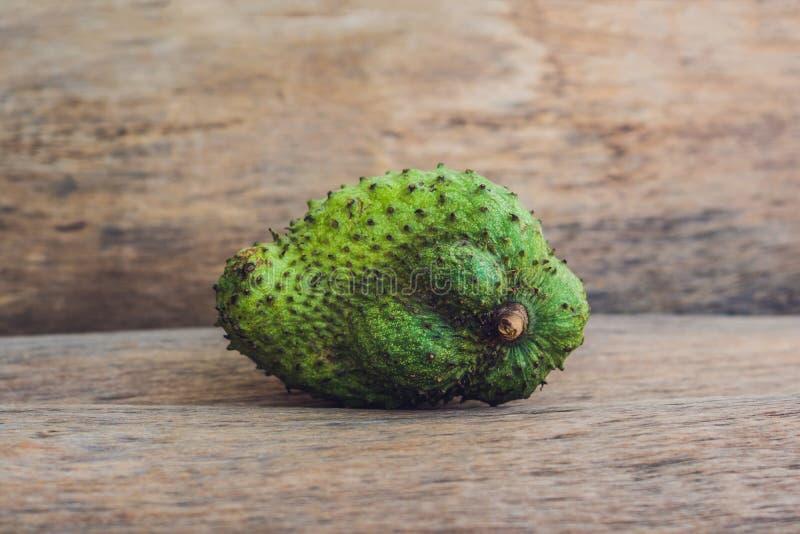Guanabana op een oude houten achtergrond - exotisch tropisch fruit - regionale vruchten van Vietnam stock foto