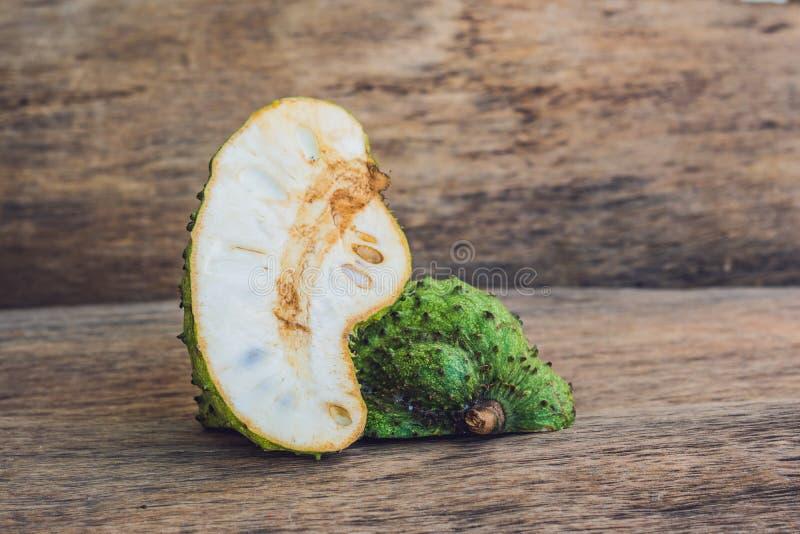 Guanabana op een oude houten achtergrond - exotisch tropisch fruit - regionale vruchten van Vietnam royalty-vrije stock afbeeldingen
