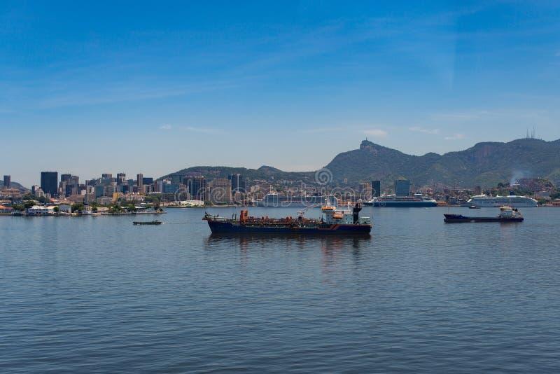 Guanabara fjärd och Rio de Janeiro Skyline royaltyfri foto