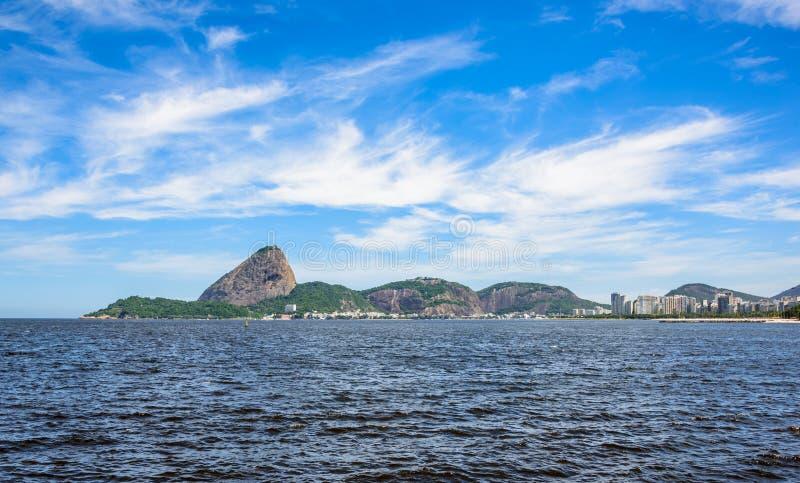 Guanabarabaai bij zonnige dag met Sugarloaf-Berg op de achtergrond, Rio De Janeiro stock fotografie