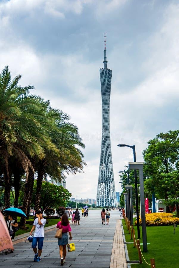 Guangzhou, China - 15 de julho de 2018: Torre do cantão de Guangzhou com os povos que andam no quadrado foto de stock royalty free