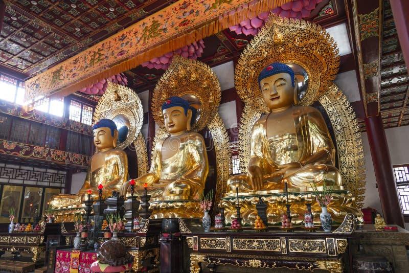Guangzhou, China - 28. Dezember 2018: Statuen von alten chinesischen künstlerischen goldenen buddhas, in Temple of The Six Banyan lizenzfreies stockfoto