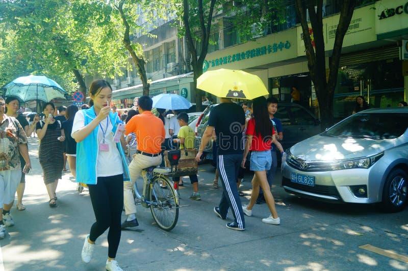 Guangzhou, China: en el primer día de universidad, muchos estudiantes de primer año llegan el campus universitario imagen de archivo libre de regalías