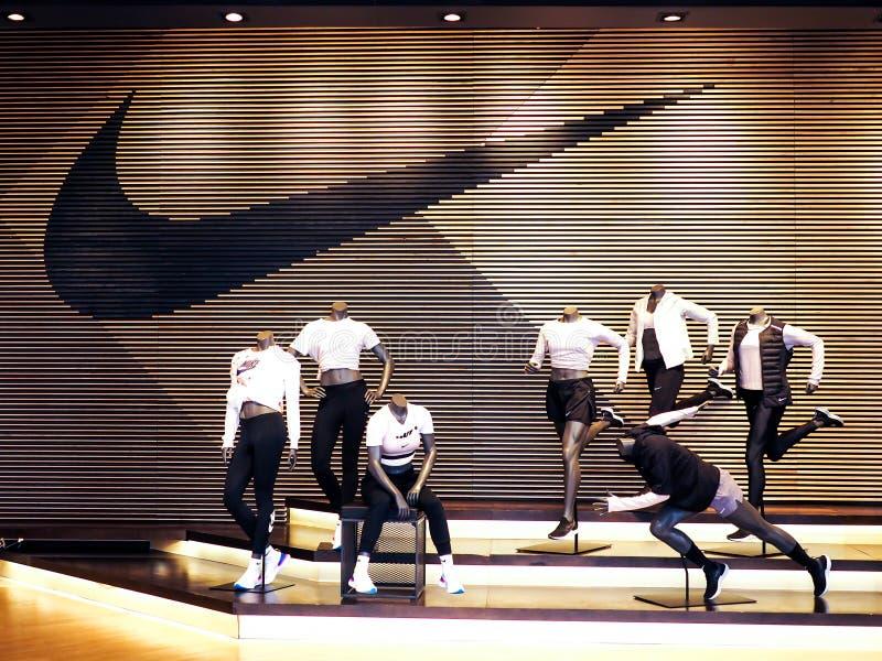 Guangzhou, China - MÄRZ 27,2018: Nikespeicher-Innenanzeige Berühmte Sportmodemarke weltweit und es sind eine der Welt stockbild