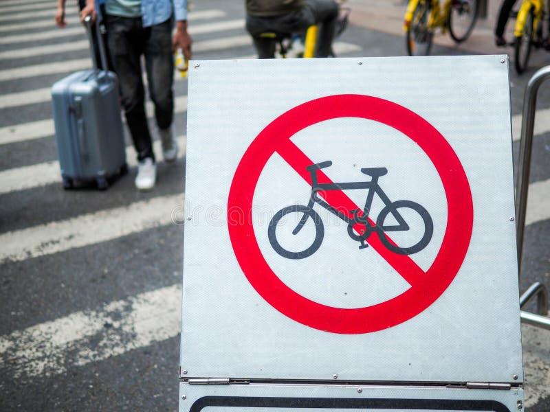Guangzhou, 27 China-MAART, 2018: Geen het Cirkelen beperkingsteken op de weg van Peking het winkelen straatguangzhou, China royalty-vrije stock fotografie