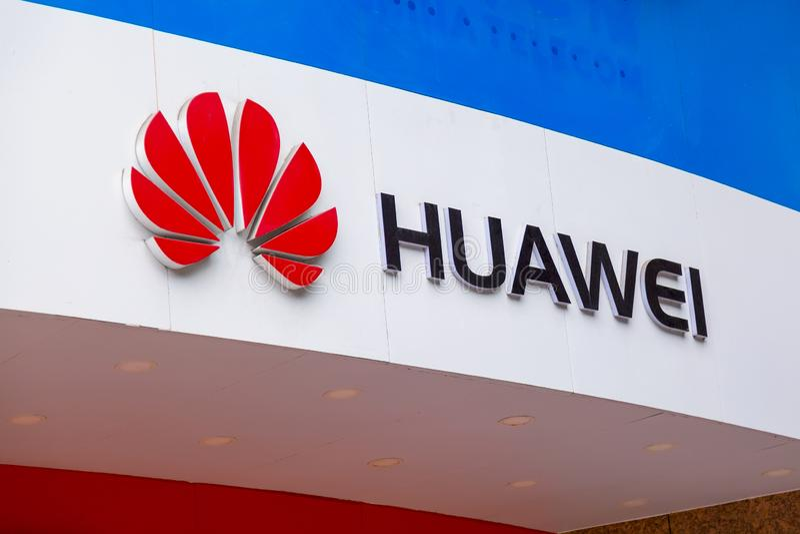 Guangzhou, China - mag, 2019: Het teken van de Huaweiopslag Huawei is een Chinese en grootste telecommunicatie-uitrustingsverkope royalty-vrije stock foto's