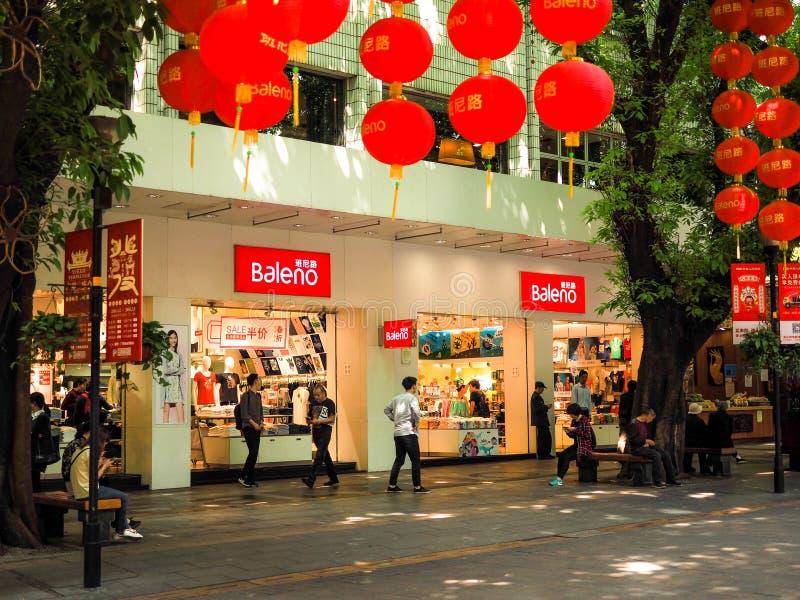 Guangzhou CHINA-MARCH 27, 2018: Baleno köpcentruminre Upptaget liv för Pekingväggata med röda lyktor och folk arkivfoto