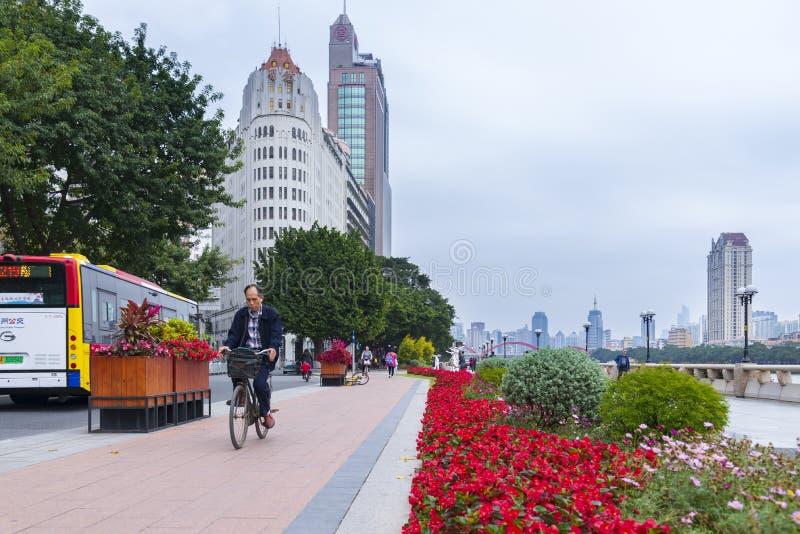 GUANGZHOU, CHINY - 28 Decumber 2018: : Antykwarski dziedzictwa drapacz chmur budynek i chodz?ca ulica przy Zhujiang brzeg rzekim  fotografia stock