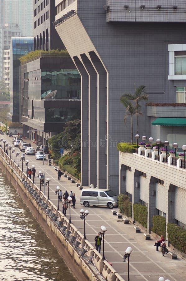 Guangzhou Chiny, MARZEC, - 15, 2016: Ludzie spaceru przy bulwarem Zhujiang rzeka zdjęcia stock