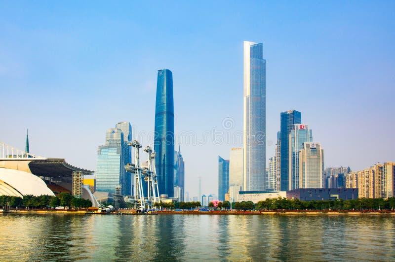 Guangzhou Chiny, Styczeń, - 3, 2018: Nowożytny pejzaż miejski Guangzhou odbijał w Perl rzece przy zmierzchem obrazy royalty free