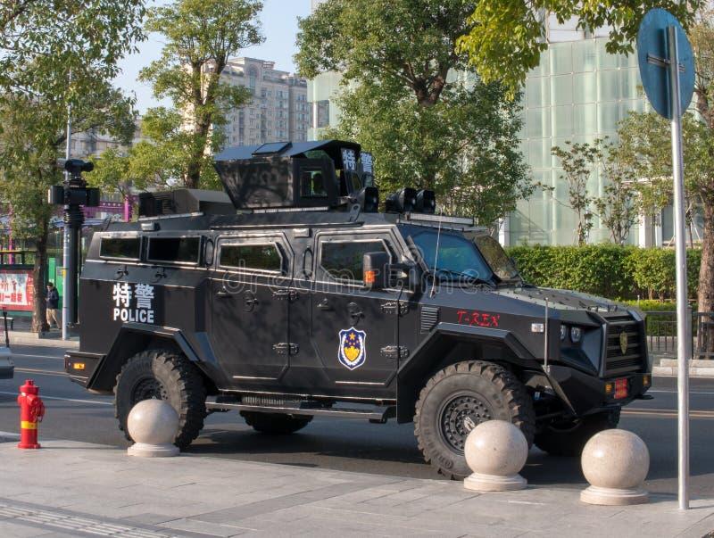 Guangzhou 2018/02/14: Nuevos coches policía especiales desarrollados en las calles de la ciudad foto de archivo