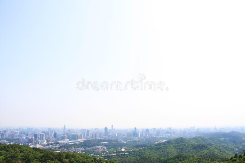 Guangzhou stad i 2009 uppifrån av det Baiyun berget, lopp I arkivfoton