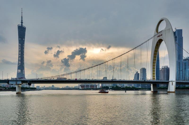Guangzhou TVtorn och LiedeBridge royaltyfri fotografi