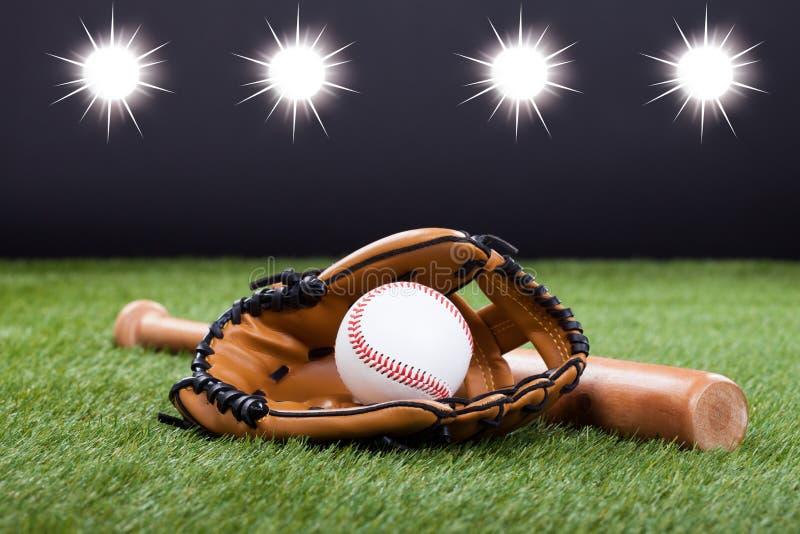 Guante de béisbol con béisbol y el palo fotos de archivo