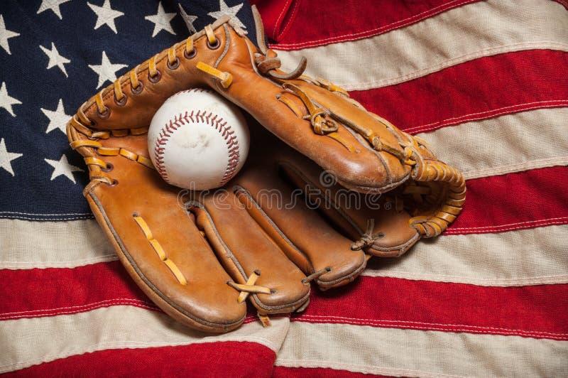 Guante de béisbol en una bandera americana fotos de archivo