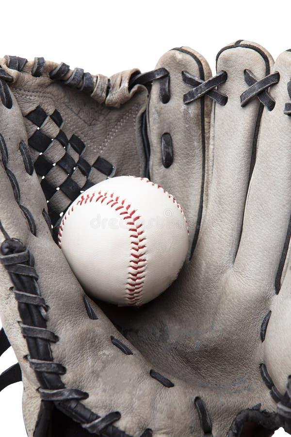 Guante de béisbol usado viejo y primer aislado bola imagen de archivo