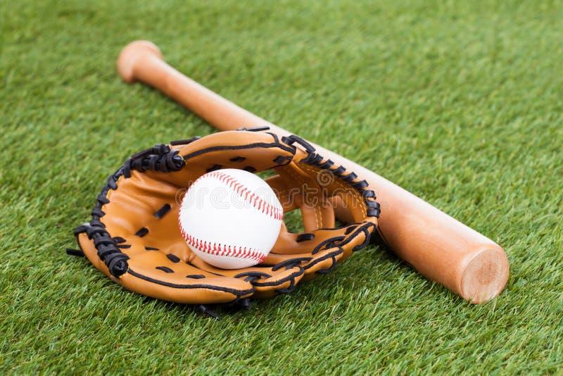 Guante de cuero con béisbol y el palo foto de archivo libre de regalías