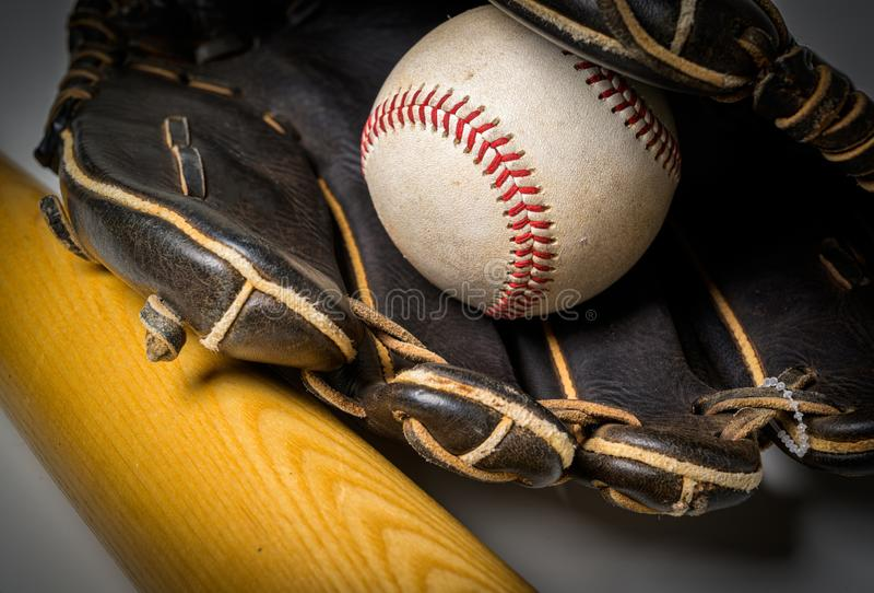 Guante de cuero con béisbol y palo sobre el fondo blanco imágenes de archivo libres de regalías