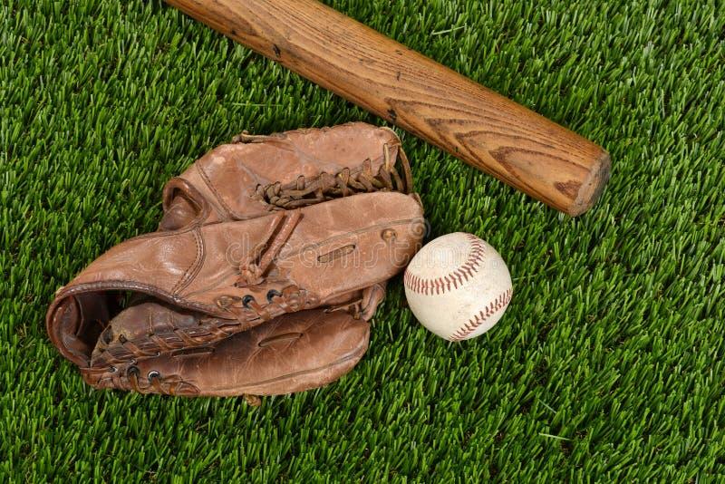 Guante y bola del bate de béisbol de la visión superior fotografía de archivo libre de regalías