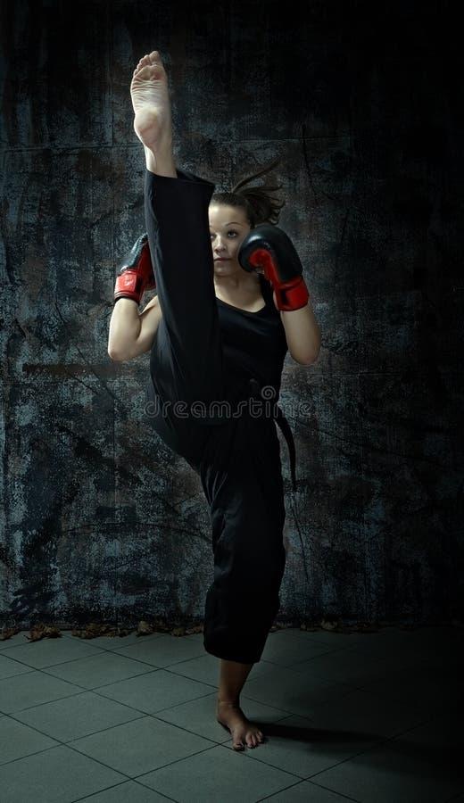 Guantes de boxeo de la mujer del boxeador del retroceso que desgastan fotografía de archivo