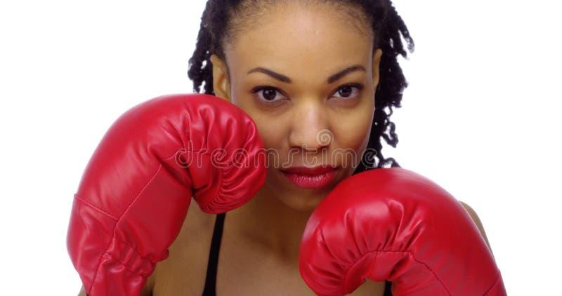 Guantes de boxeo de la mujer que llevan negra foto de archivo libre de regalías