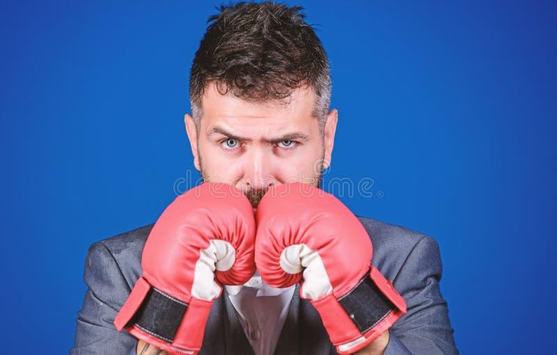 Guantes de boxeo del desgaste del hombre de negocios Las mejores estrategias criminales del abogado defensor concepto del ataque  imagen de archivo