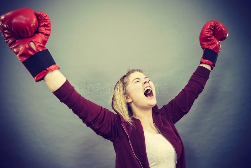 Download Guantes De Boxeo Del Ganador De La Mujer Que Llevan Foto de archivo - Imagen de competición, afortunado: 100526886