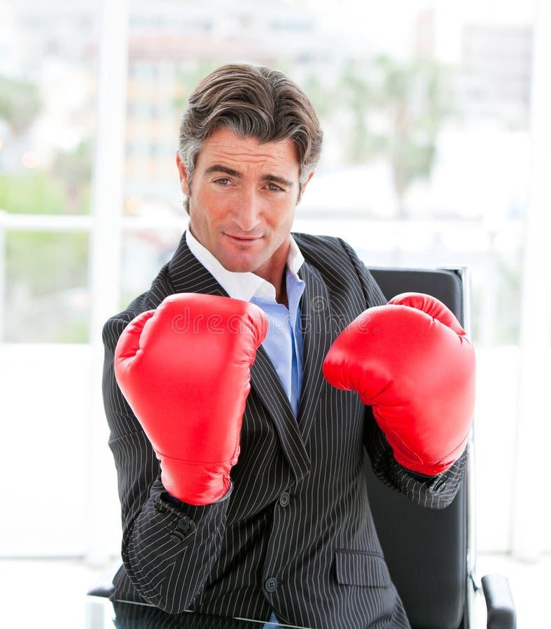 Guantes de boxeo del hombre de negocios que desgastan Self-assured fotografía de archivo