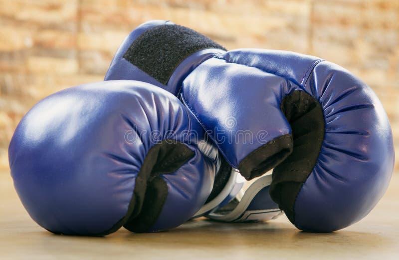 Guantes de boxeo en el piso imágenes de archivo libres de regalías