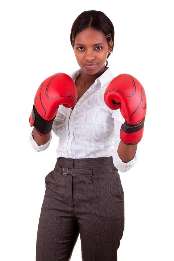Guantes de boxeo jovenes de la mujer que desgastan negra fotografía de archivo libre de regalías