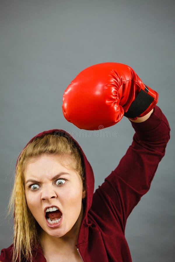 Guantes de boxeo de la mujer que desgastan enojada imagen de archivo libre de regalías