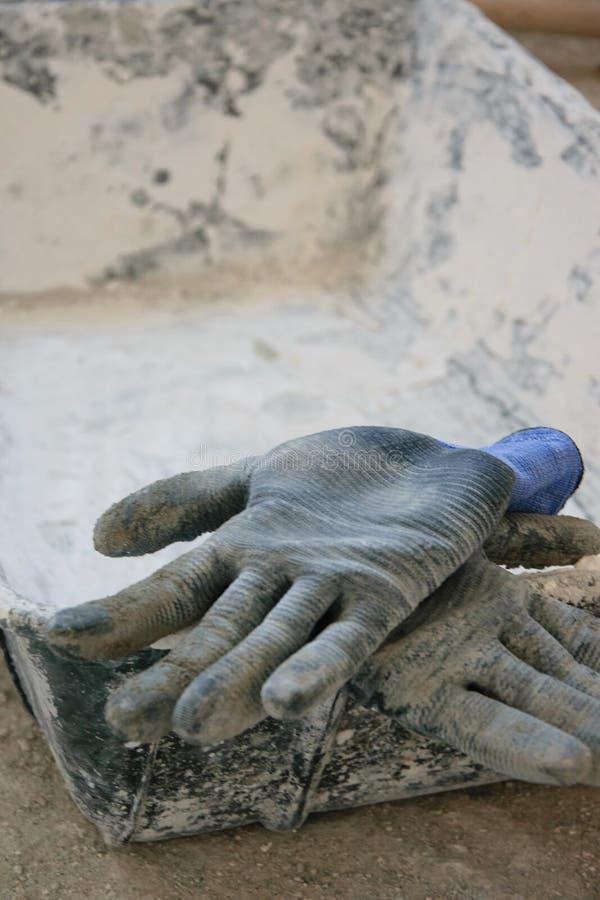Guantes de la albañilería en el emplazamiento de la obra foto de archivo libre de regalías