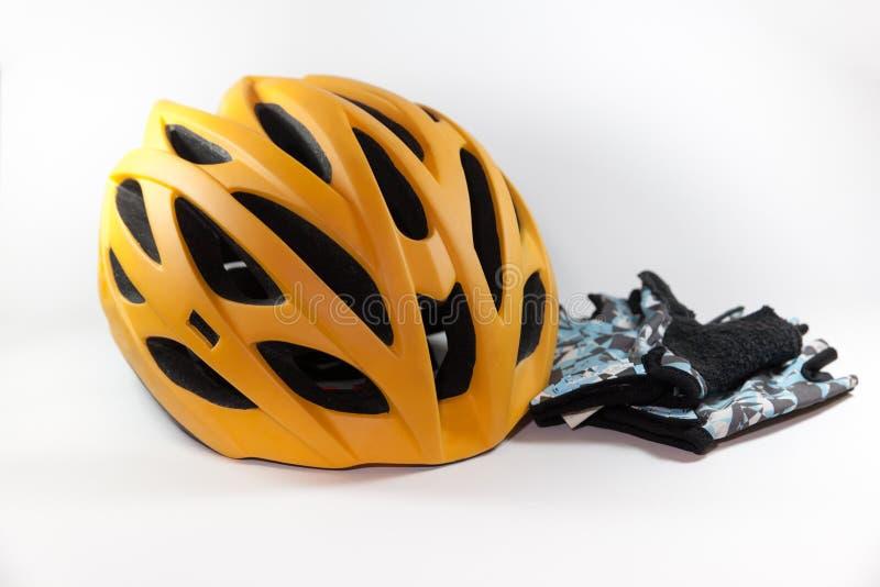 Guantes de la bici y casco de la bici imagen de archivo