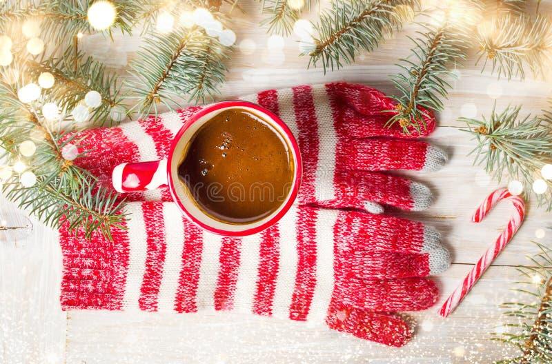 Guantes del invierno y taza de café caliente fotos de archivo