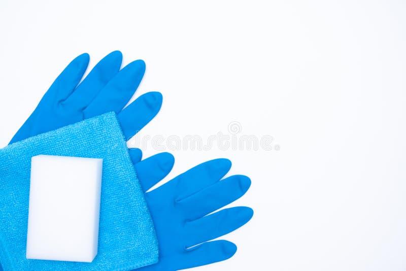Guantes y esponja azules del trapo en el fondo blanco sistema de limpieza para diversas superficies en cocina, cuarto de baño y o fotografía de archivo