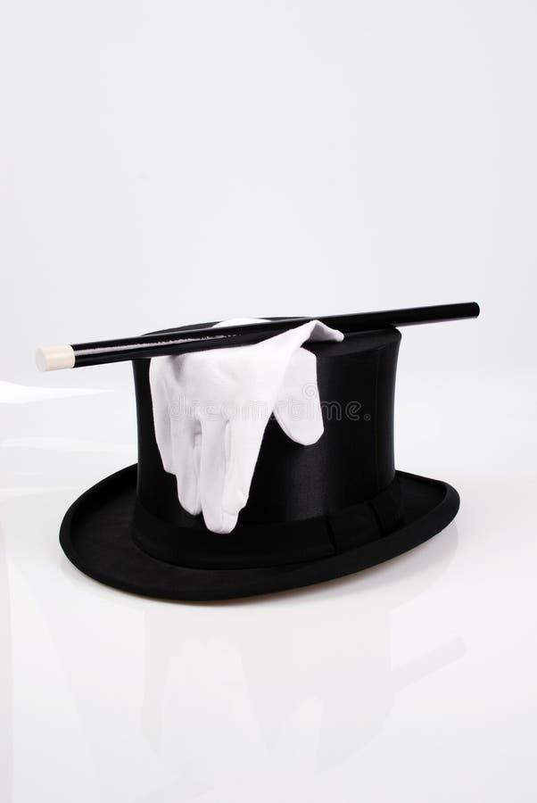 Guanti bianchi sopra un cappello magico immagine stock