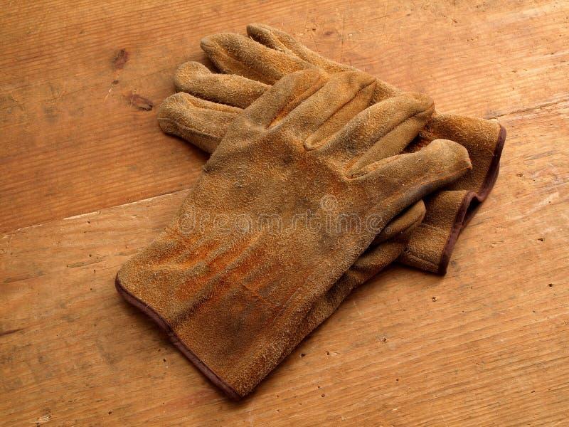 Guanti del lavoro su legno 2 fotografie stock