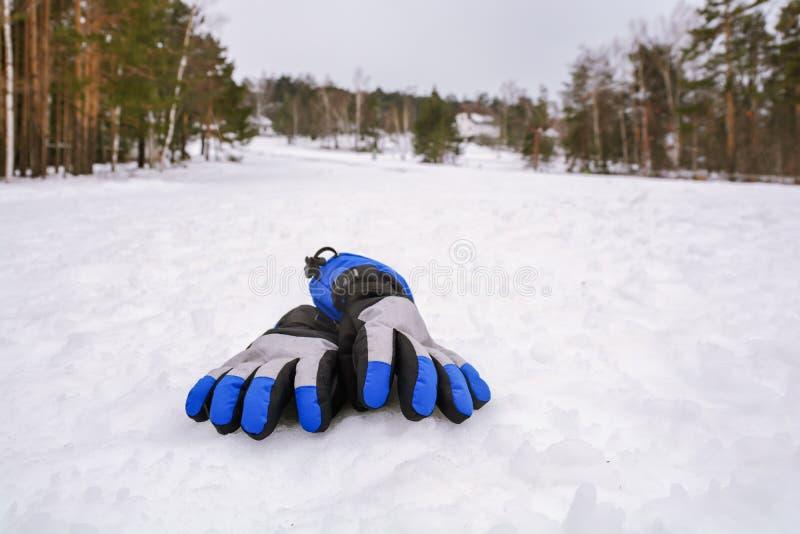 Guanti di corsa con gli sci di inverno della neve sulla stagione bianca di sport della pista dello sci fotografie stock