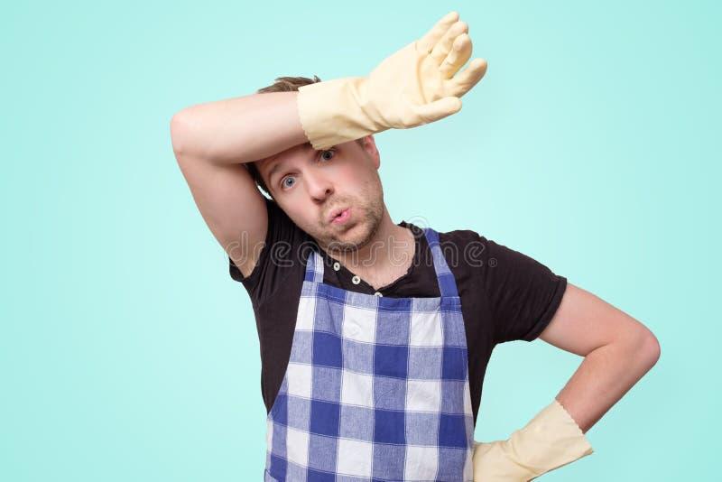 Guanti di gomma d'uso dell'uomo per protezione delle mani che pulisce sudore fotografia stock libera da diritti