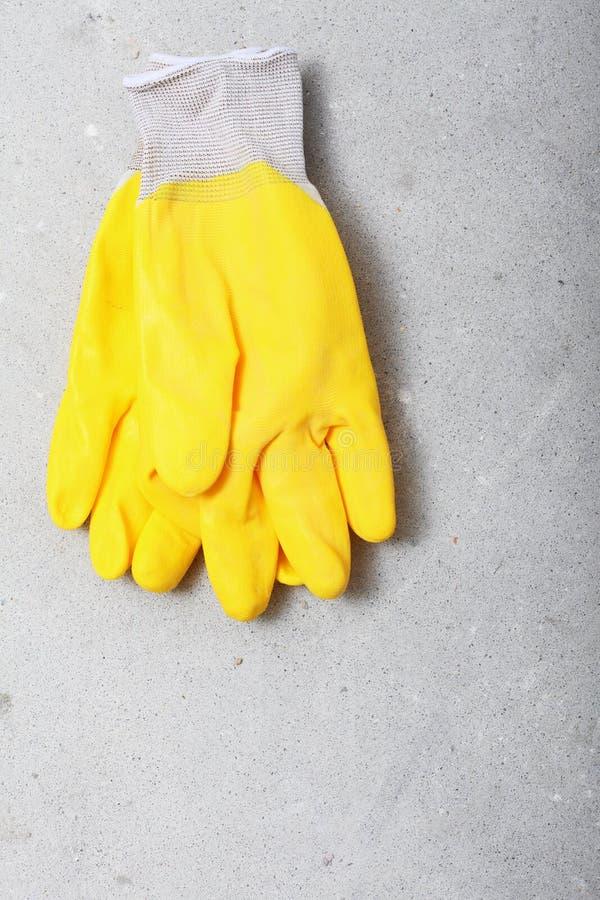 Guanti protettivi del lavoro di giallo dell'attrezzatura per l'edilizia fotografie stock libere da diritti